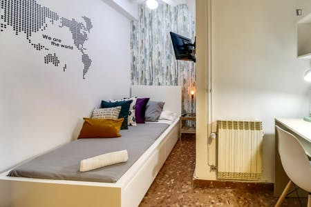 Private room for rent from 03 Apr 2020 (Carrer de Roger de Llúria, Barcelona)