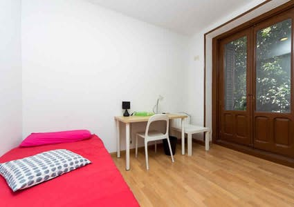 Room for rent from 05 Feb 2018 (Calle de Embajadores, Madrid)
