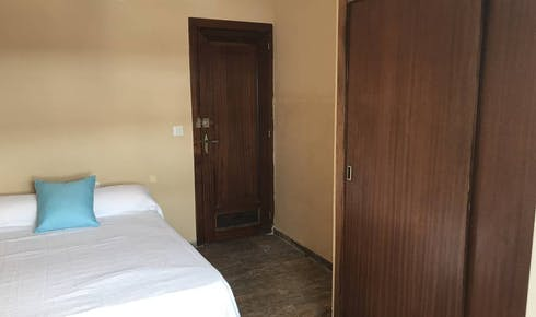 Private room for rent from 01 Jul 2019 (Calle Doctor Barraquer, Córdoba)
