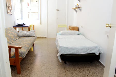 Private room for rent from 01 Aug 2019 (Calle Atanasio Barrón, Sevilla)