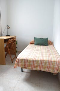Private room for rent from 01 Jul 2019 (Calle Imperial, Sevilla)