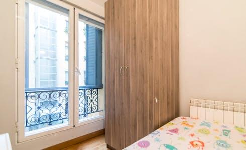 Room for rent from 01 Aug 2018 (Plaza Jacinto Benavente, Madrid)