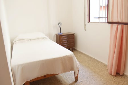 Private room for rent from 01 Feb 2019 (Calle Gallos, Sevilla)