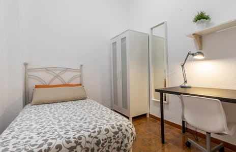 Private room for rent from 01 Jun 2019 (Calle del Doctor Sumsi, Valencia)