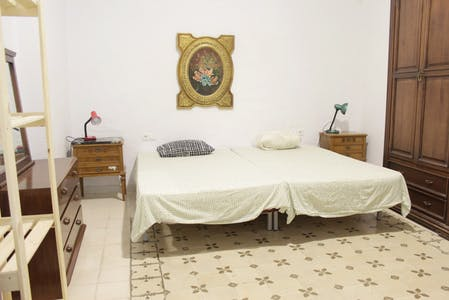 Shared room for rent from 01 Jul 2020 (Calle Mesón del Moro, Sevilla)