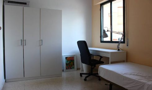 Room for rent from 01 Jul 2018 (Plaza del Zurraque, Sevilla)